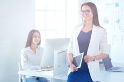 Привлекательная бизнес-леди работая на компьтер-книжке на офисе вектор людей jpg иллюстрации дела Стоковое Изображение