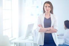 Привлекательная бизнес-леди работая на компьтер-книжке на офисе вектор людей jpg иллюстрации дела Стоковое фото RF