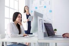 Привлекательная бизнес-леди работая на компьтер-книжке на офисе вектор людей jpg иллюстрации дела Стоковые Изображения RF