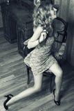 привлекательная блондинка представляет детенышей стоковые изображения rf