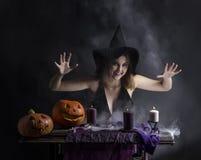 Привлекательная ведьма в wizarding закоптелом логове Стоковая Фотография RF