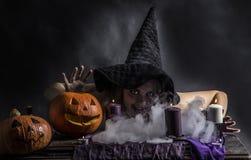 Привлекательная ведьма в wizarding логове при дым идя от ее рта Стоковое Фото