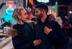 привлекательная влюбленность пар Красивая девушка обнимая ее положение парня в ночи на улице стоковая фотография rf