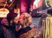 привлекательная влюбленность пар Красивая девушка целует ее положение парня в ночи на улице стоковые изображения rf