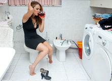 привлекательная выпитая ванная комната ее женщине Стоковые Фотографии RF
