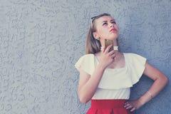 Привлекательная дама в красивой красной юбке стоковое фото