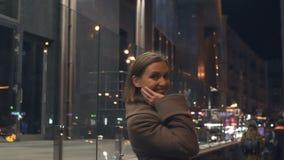 Привлекательная дама поворачивая назад усмехаться, выравнивая прогулку, счастье и сработанность акции видеоматериалы