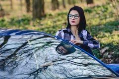 привлекательная девушка водителя смотрит из открыть двери автомобиля Стоковые Изображения