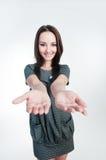 привлекательная девушка вручает ее протягивать стоковая фотография