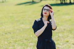 привлекательная девушка в костюме на предпосылке зеленой травы стоковые изображения rf