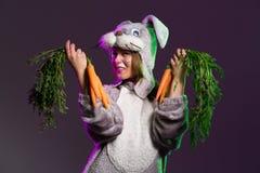 Привлекательная девушка в полном костюме зайчика тела Стоковая Фотография