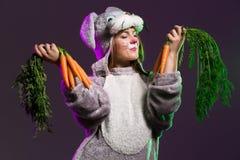 Привлекательная девушка зайчика с пуком carrts Стоковое фото RF
