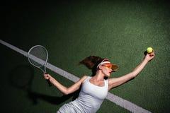 Привлекательная девушка играя теннис стоковое изображение rf