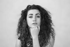 привлекательная девушка курчавая девушка с волосами фото Стоковое Фото
