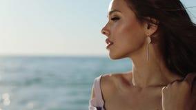Привлекательная девушка наслаждается на море побережьем на день летних каникулов счастливый видеоматериал
