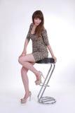 Привлекательная девушка на табуретке штанги Стоковые Фотографии RF