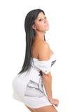 привлекательная девушка платья представляя белых детенышей Стоковые Фото