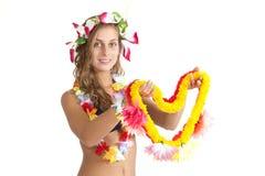 Привлекательная девушка предлагает Lei цветка стоковое изображение rf
