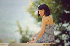 привлекательная девушка стенда Стоковые Фото
