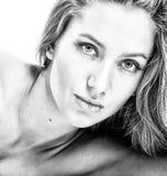 привлекательная девушка bw над белизной портрета Стоковое Изображение RF