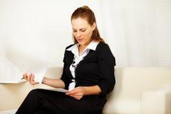 привлекательная деятельность женщины дома дела Стоковое Изображение RF