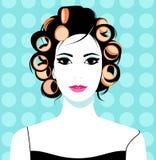 привлекательная домохозяйка волос девушки curlers изолировала славных красных детенышей белой женщины студии роликов Стоковая Фотография RF