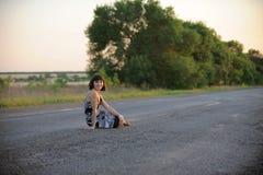 привлекательная дорога девушки Стоковые Фото