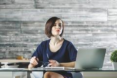 Привлекательная европейская женщина работая на проекте Стоковые Изображения RF