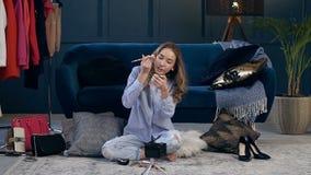Привлекательная женская запись блоггера красоты составляет консультацию для vlog сток-видео