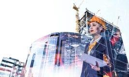 Привлекательная женщина архитектора и ее проект Мультимедиа стоковая фотография