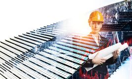 Привлекательная женщина архитектора и ее проект Мультимедиа Стоковые Фотографии RF