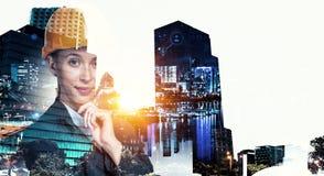 Привлекательная женщина архитектора и ее проект Мультимедиа Стоковые Фото