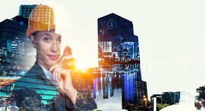 Привлекательная женщина архитектора и ее проект Мультимедиа Стоковое Изображение RF