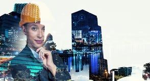 Привлекательная женщина архитектора и ее проект Мультимедиа стоковое фото rf