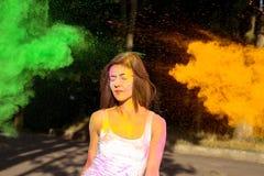 Привлекательная женщина брюнет при короткие волосы представляя с взрывать стоковые изображения rf