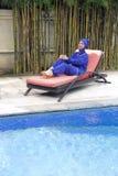 Привлекательная женщина в мусульманском burkini swimwear на кровати планки пляжа около бассейна Стоковое Изображение