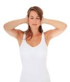 Привлекательная женщина держит ее уши закрыно стоковые фотографии rf