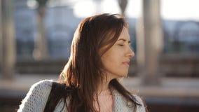 Привлекательная женщина ждать поезд на железнодорожном вокзале платформы акции видеоматериалы