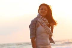 привлекательная женщина захода солнца моря предпосылки Стоковые Фотографии RF