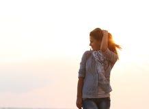 привлекательная женщина захода солнца моря предпосылки Стоковая Фотография RF