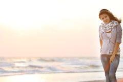 привлекательная женщина захода солнца моря предпосылки Стоковое Изображение