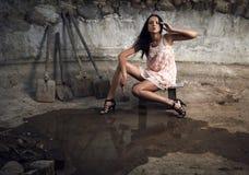 привлекательная женщина камня отверстия владением молотка Стоковое Фото