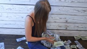 Привлекательная женщина купает в деньгах сток-видео