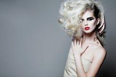 привлекательная женщина курчавых волос длинняя Стоковые Изображения RF