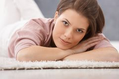 Привлекательная женщина лежа на поле Стоковое Фото