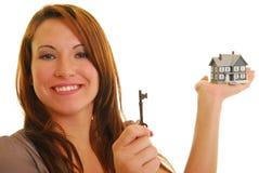 привлекательная женщина миниатюры ключа дома Стоковые Изображения