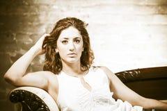 Привлекательная женщина на кресле Стоковые Изображения