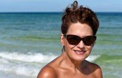 Привлекательная женщина на пляже Стоковые Изображения