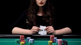 Привлекательная женщина показывая пары тузов на игре в покер казино, женственном фокусе, везении стоковые изображения