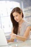 привлекательная женщина портрета компьютера Стоковые Фото